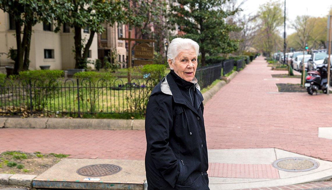 Wanda Witter camina en la calle.