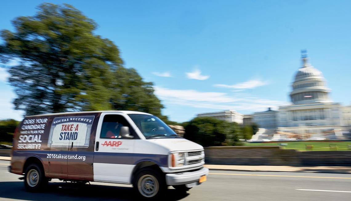 Una camioneta de AARP pasa frente al edificio del Capitolio de EEUU