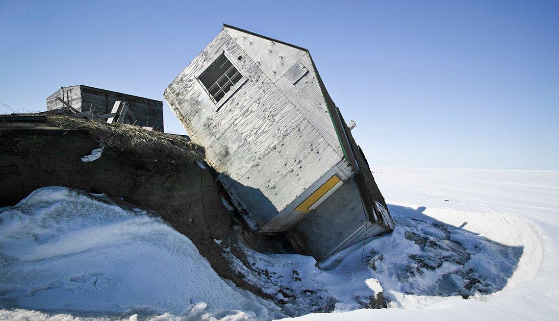 Casa que cae al mar debido a la erosión costera en Shishmaref, Alaska.