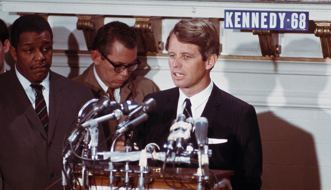 El político y senador por el Partido Demócrata de los Estados Unidos, Robert F. Kennedy (1925-1968) se prepara para comenzar su campaña para la Presidencia el 1 de abril de 1968.