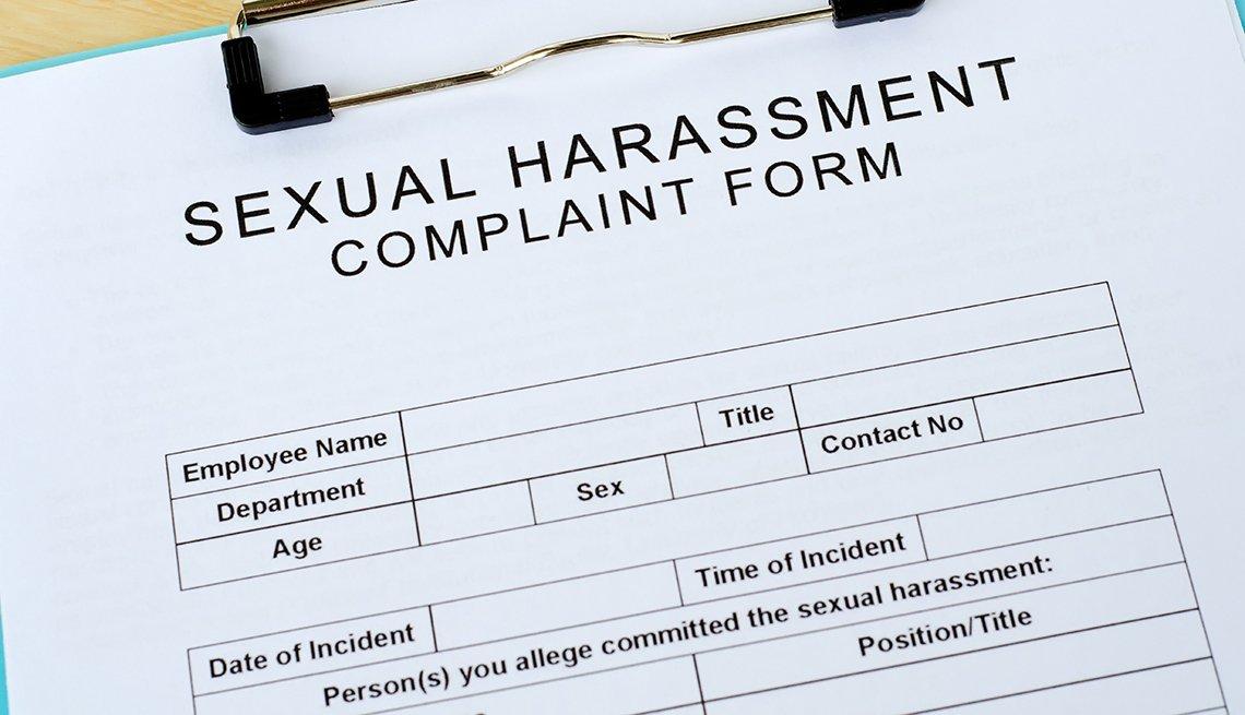 Formulario de quejas por acoso sexual sobre una mesa.