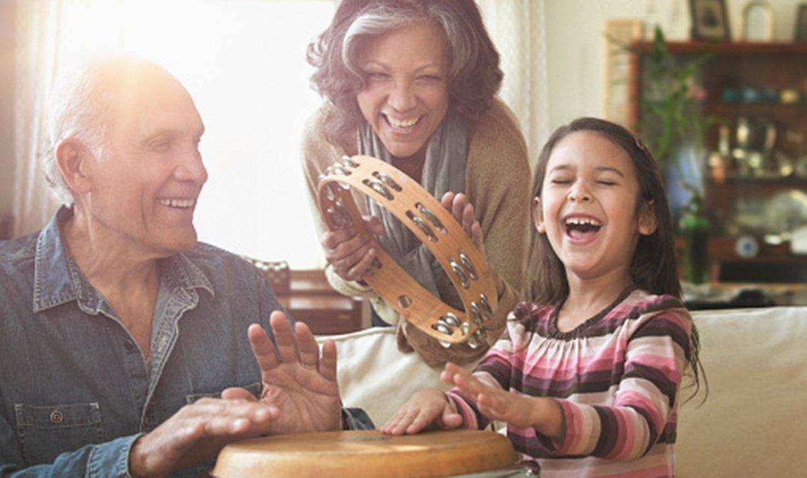 Pareja de abuelos tocan música con su nieta.