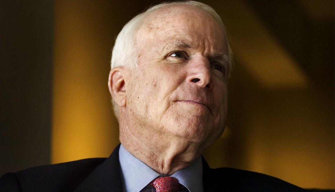 El senador John McCain habla durante una entrevista con el Sacramento Bee en el Hyatt en el centro de Sacramento el 11 de marzo de 2007.