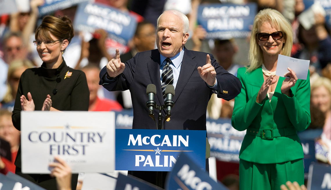 John McCain en campaña electoral en Virginia con su esposa Cindy McCain y su compañera de fórmula, la gobernadora Sarah Palin.
