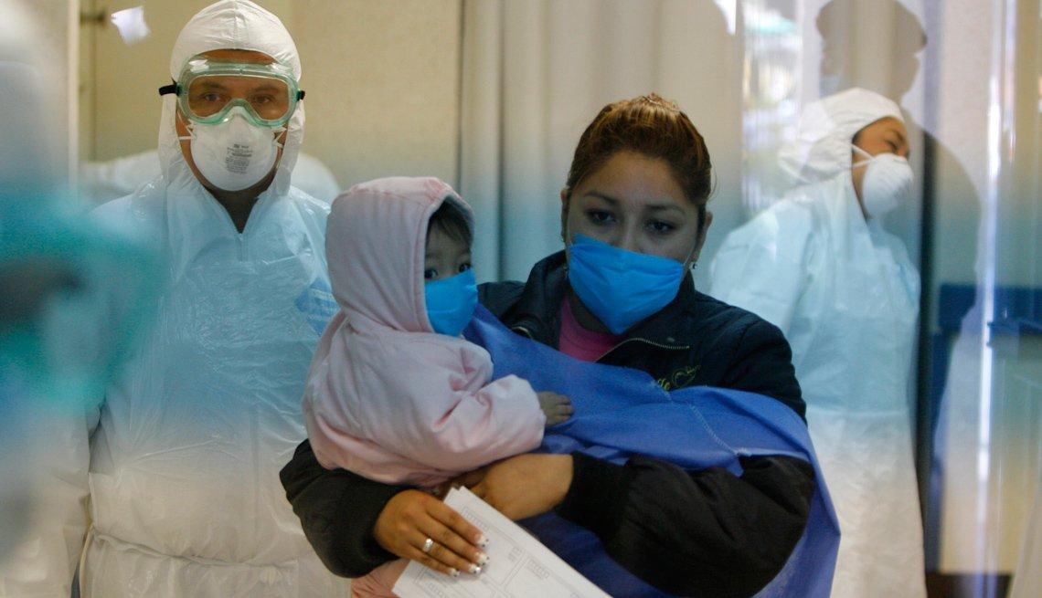 Mujer con su hijo en una clínica.