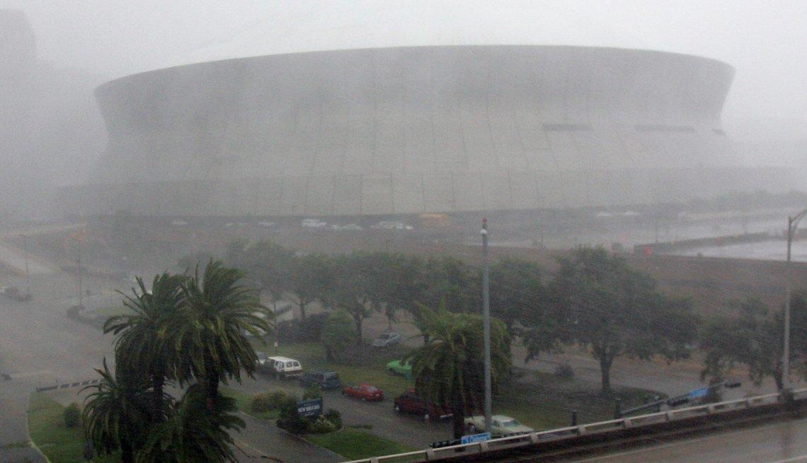 Estadio del Superdome durante el paso de un huracán