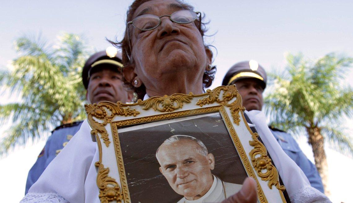 Mujer sostiene una imagen del Papa Juan Pablo II