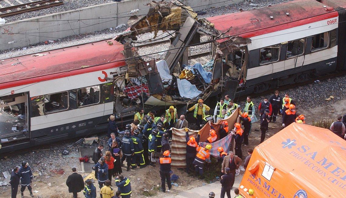 Rescatistas trabajan en tren accidentado