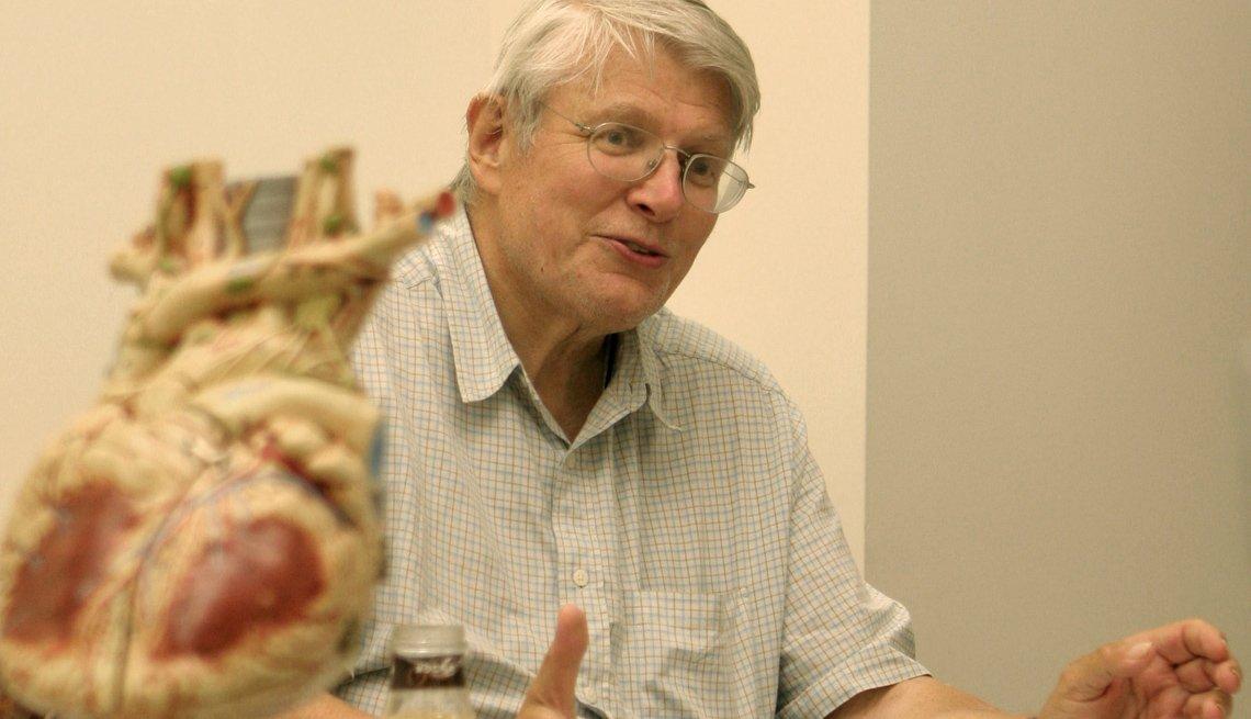 Un hombre sentado junto a una bomba de corazón