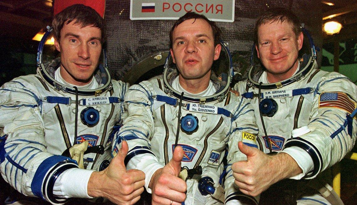 Tres astronautas en la estación espacial internacional