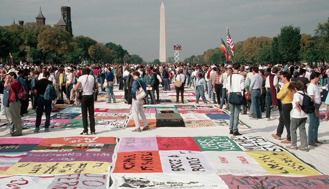 item 4, Gallery image. Las personas se reúnen para ver la AIDS Memorial Quilt (Colcha en homenaje a los muertos por el SIDA), que se exhibió por primera vez el 11 de octubre de 1987 en el Mall de Washington D.C.