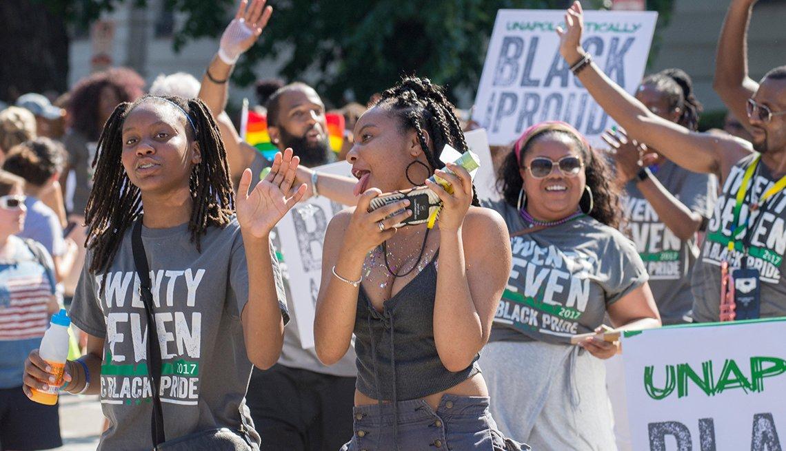 item 5, Gallery image. Los asistentes celebran el DC Black Pride (Orgullo negro en D.C.) en el 2017.