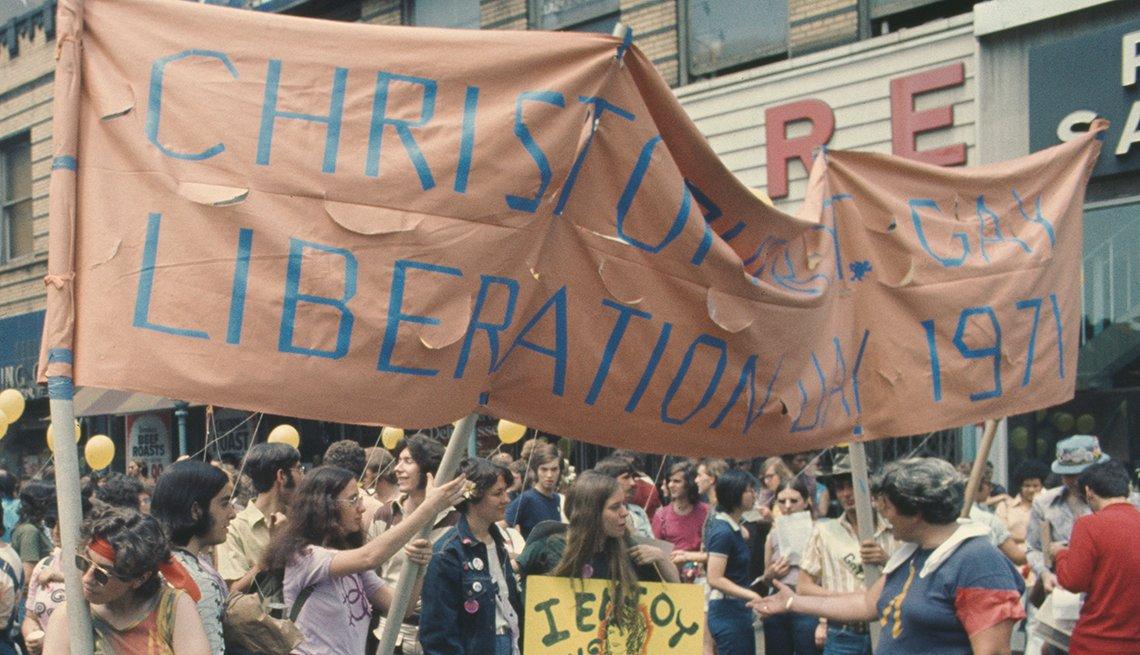 item 2, Gallery image. Participantes marchan por la Ciudad de Nueva York en el segundo Christopher Street Gay Liberation Day anual (Día de liberación gay de Christopher Street), más tarde llamado Día del Orgullo Gay, en 1971.