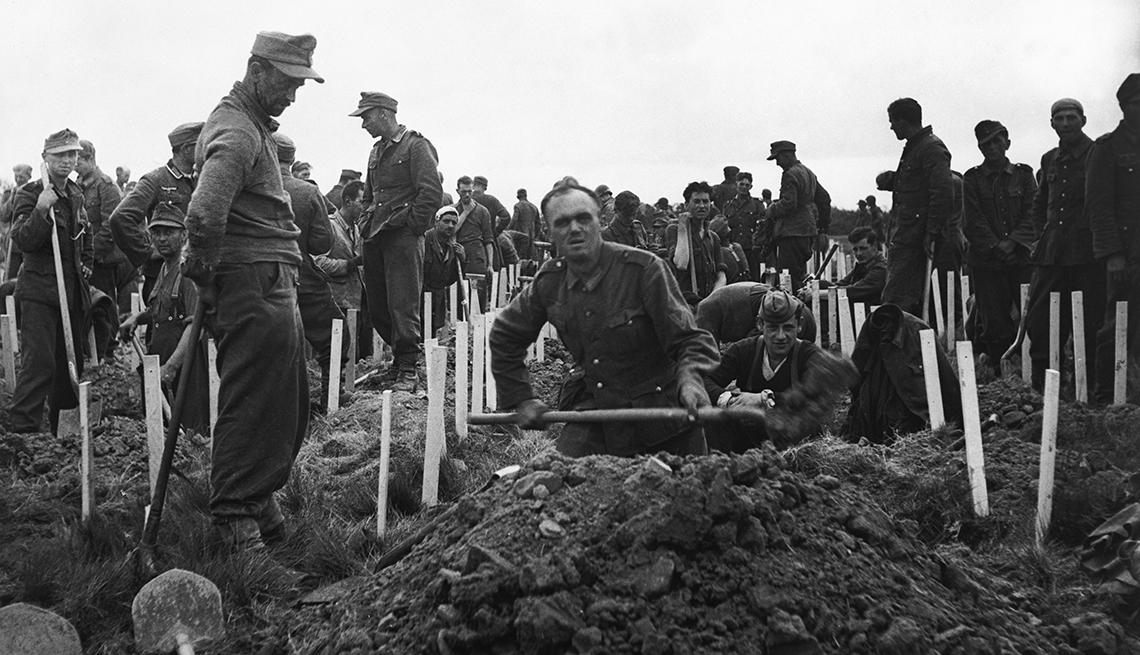 item 6 of Gallery image - Los prisioneros de guerra alemanes entierran a los soldados estadounidenses que perdieron la vida durante los desembarques del Día D.