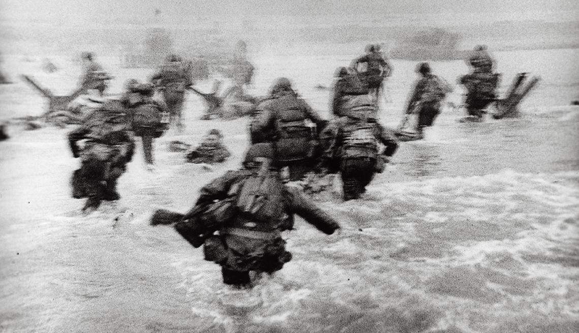 item 3 of Gallery image - Tropas de Estados Unidos en la playa Omaha durante el desembarque del Día D