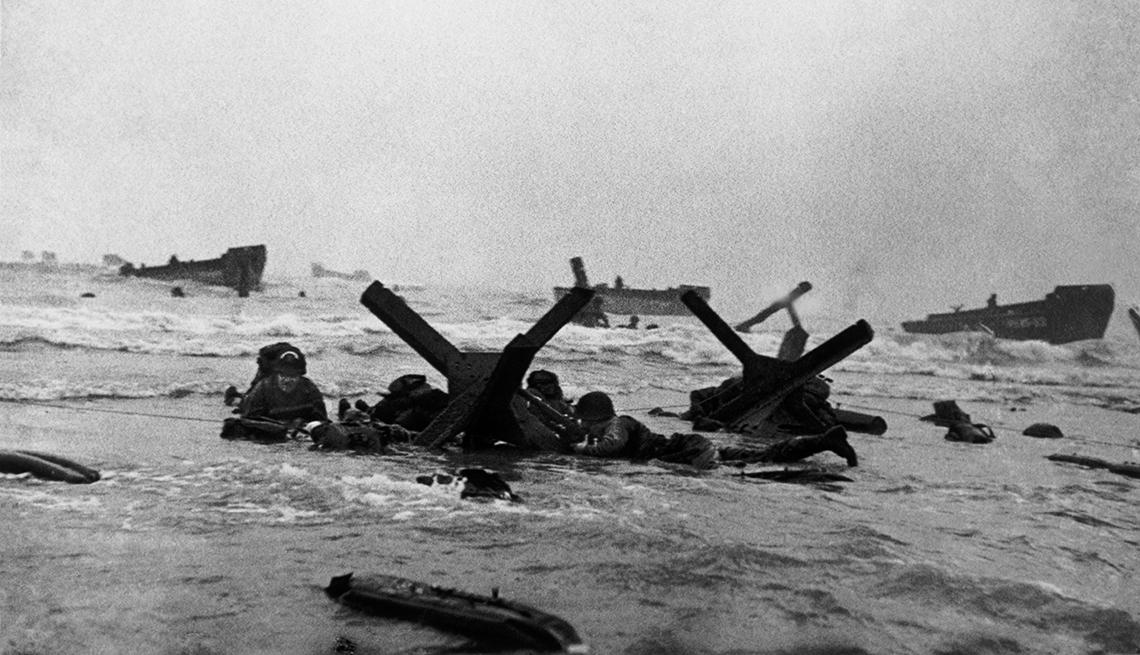 item 5 of Gallery image - Las tropas estadounidenses llegan a la orilla de la playa de Omaha durante la invasión del Día D.