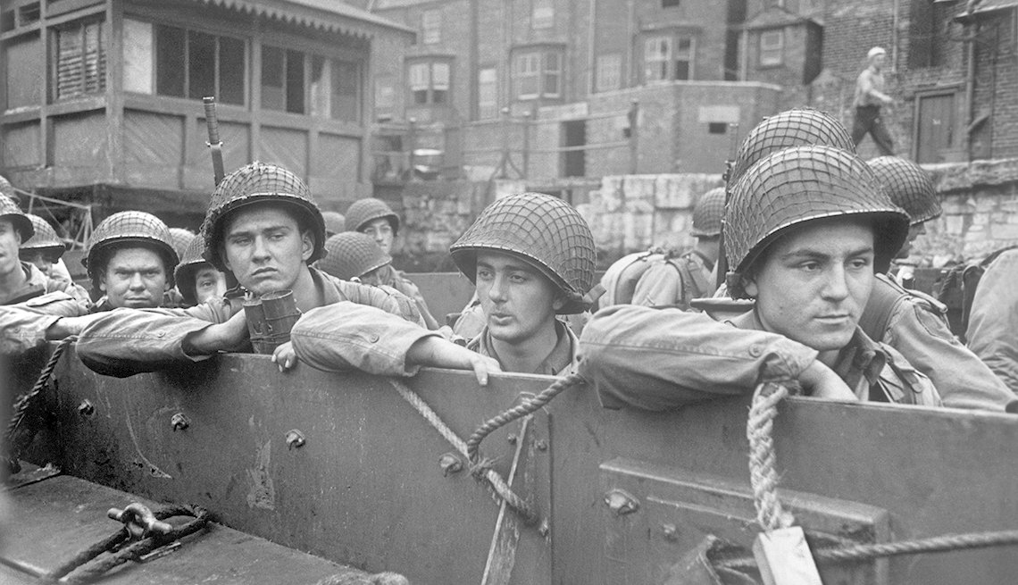 Tropas estadounidenses en camino a barcos más grandes como parte de la preparación para la invasión de los Aliados en Normandía