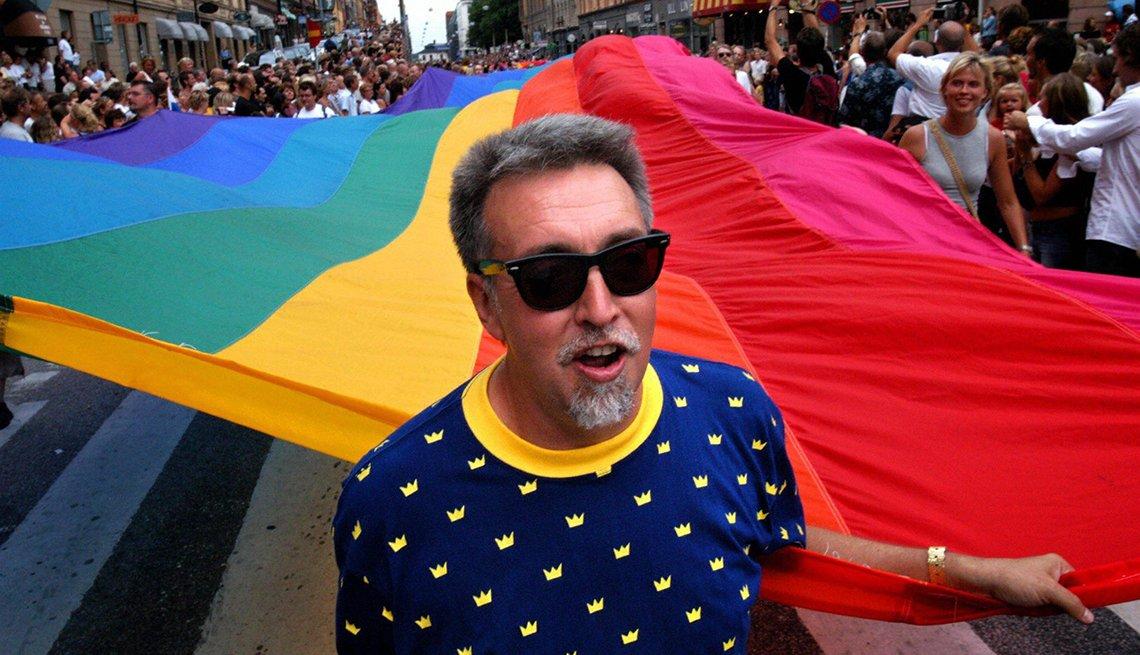 item 3, Gallery image. Gilbert Baker, creador de la bandera del orgullo, lidera el Stockholm Pride Parade (Desfile del orgullo de Estocolmo) en el 2003. Baker falleció en el 2017 a los 65 años.