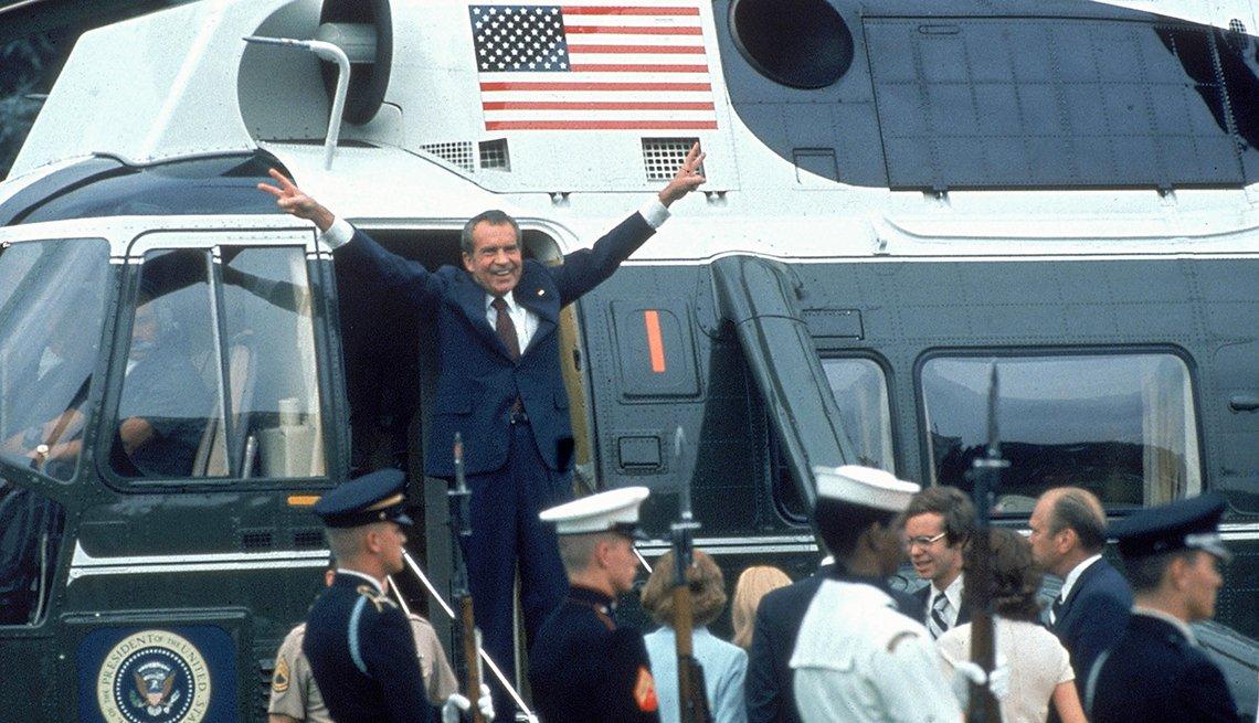 El presidente Richard Nixon saluda a la multitud luego de renunciar a su cargo