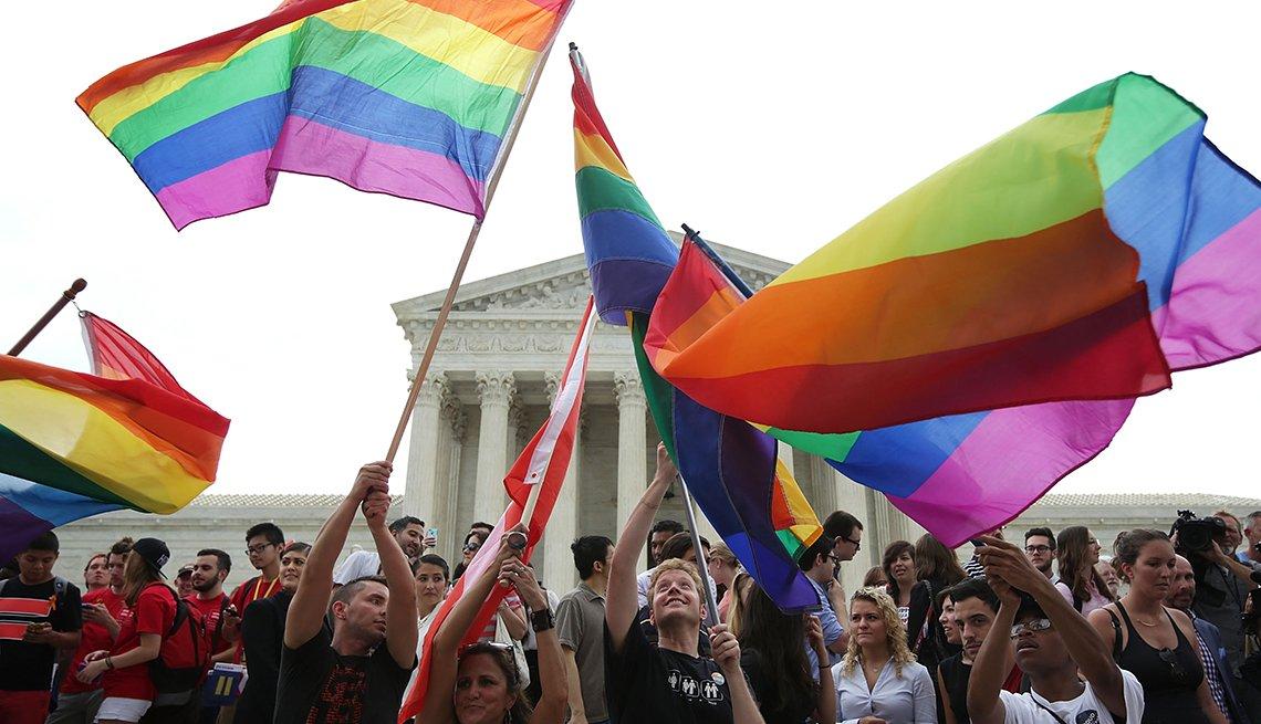 item 7, Gallery image. Los simpatizantes del matrimonio del mismo sexo celebran afuera de la Corte Suprema de EE.UU. en Washington D.C. el 26 de junio del 2015.