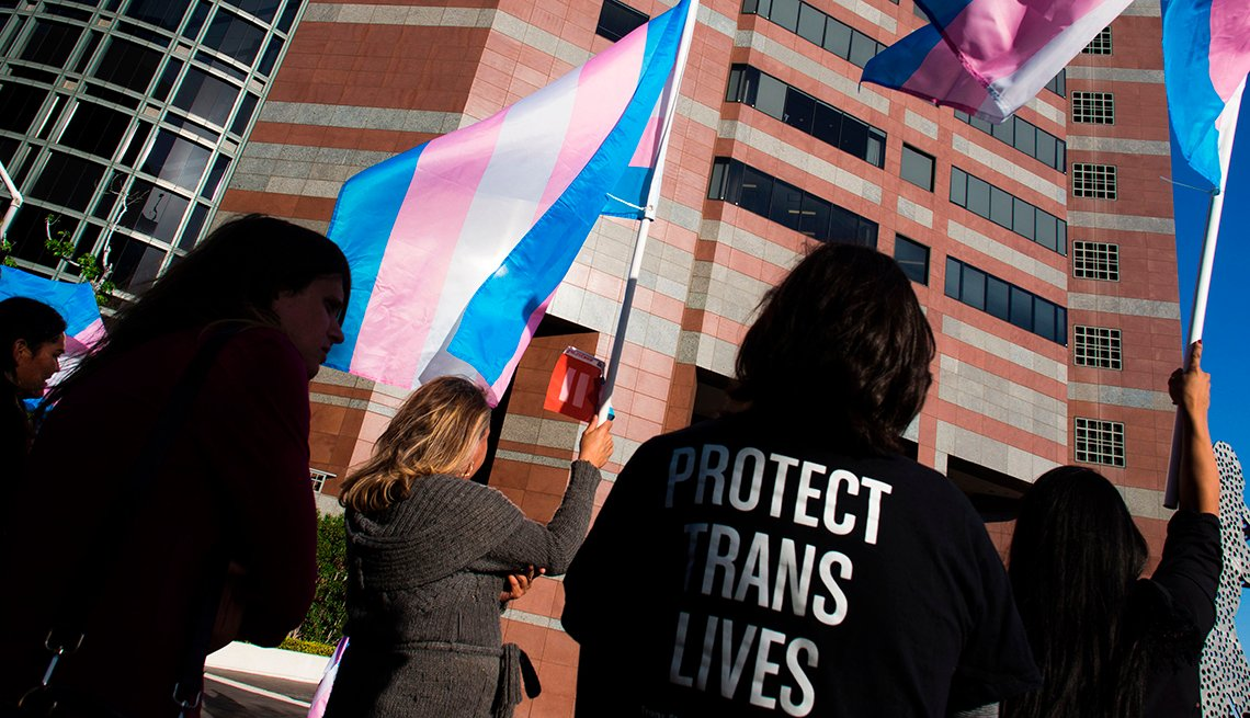 item 6, Gallery image. Una multitud se reúne para celebrar el International Transgender Day of Visibility (Día Internacional de la Visibilidad de los Trans) el 31 de marzo del 2017 en Los Ángeles.