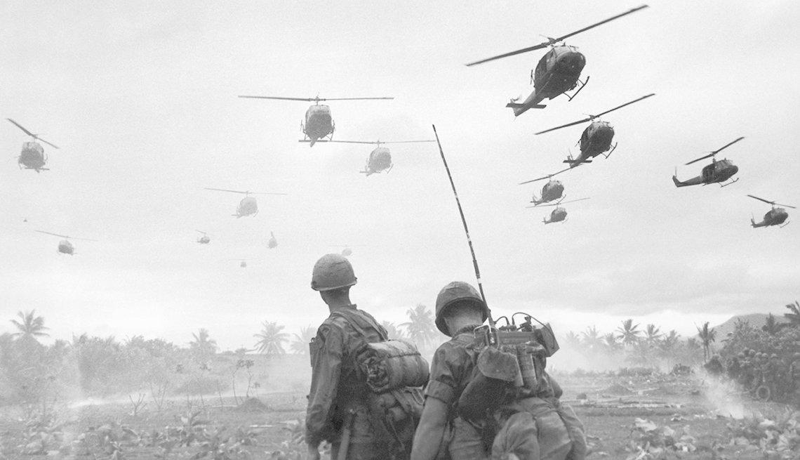 Dos soldados observan helicópteros de combate de Estados Unidos en Vietnam