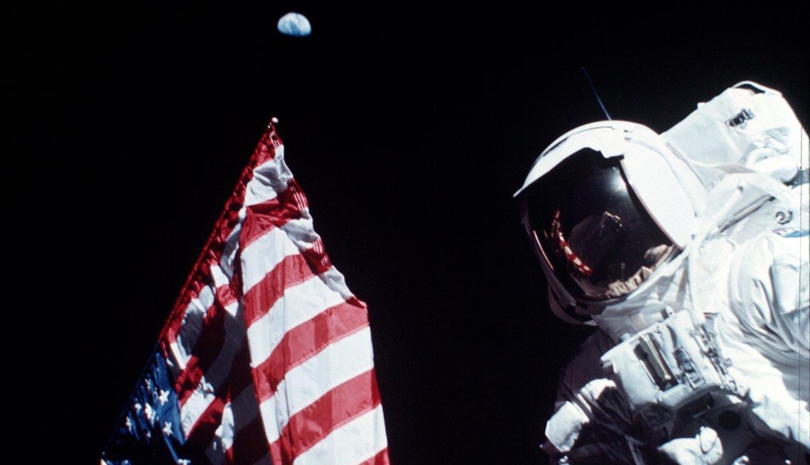 El astronauta Jack Schmitt con la bandera estadounidense en la luna