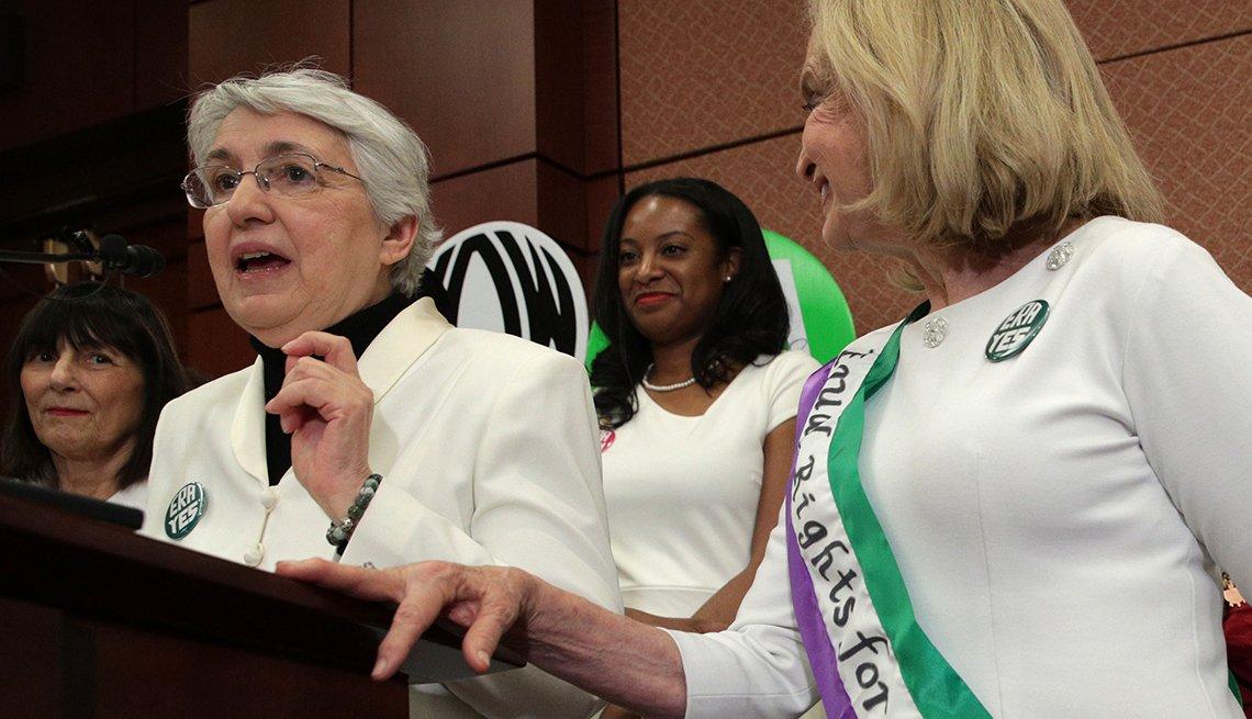 Tres mujeres hablando en una conferencia de prensa