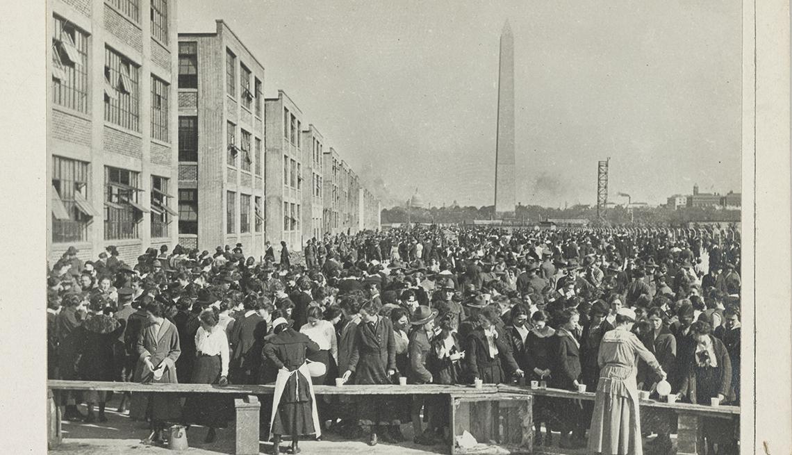 item 1 of Gallery image - Trabajadores de municiones en Washington, D.C., hacen fila para comprar chocolate caliente