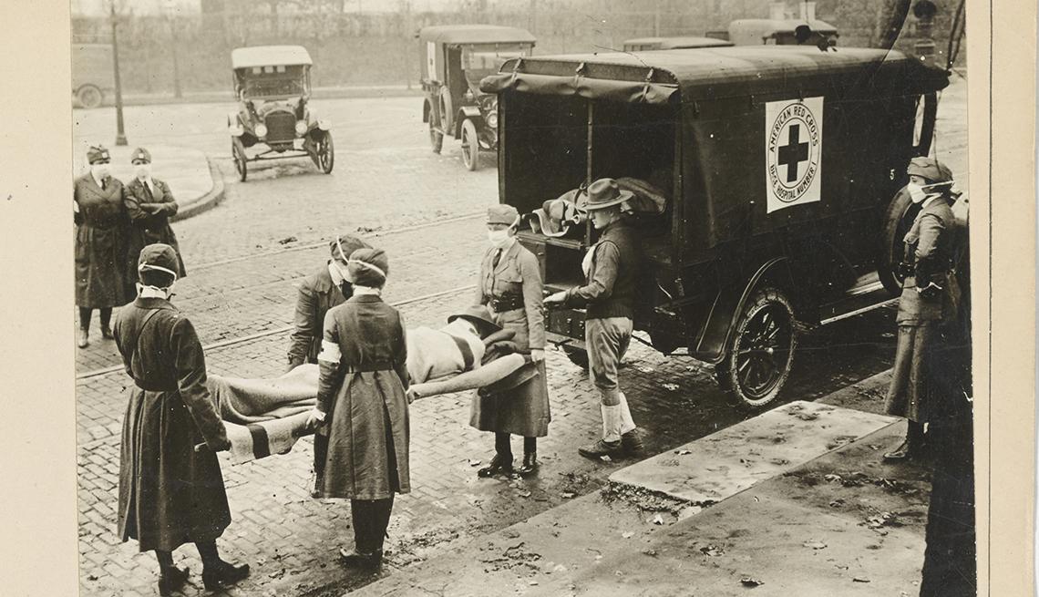 Enfermeras llevan a un paciente en camilla en San Luis, Misuri.