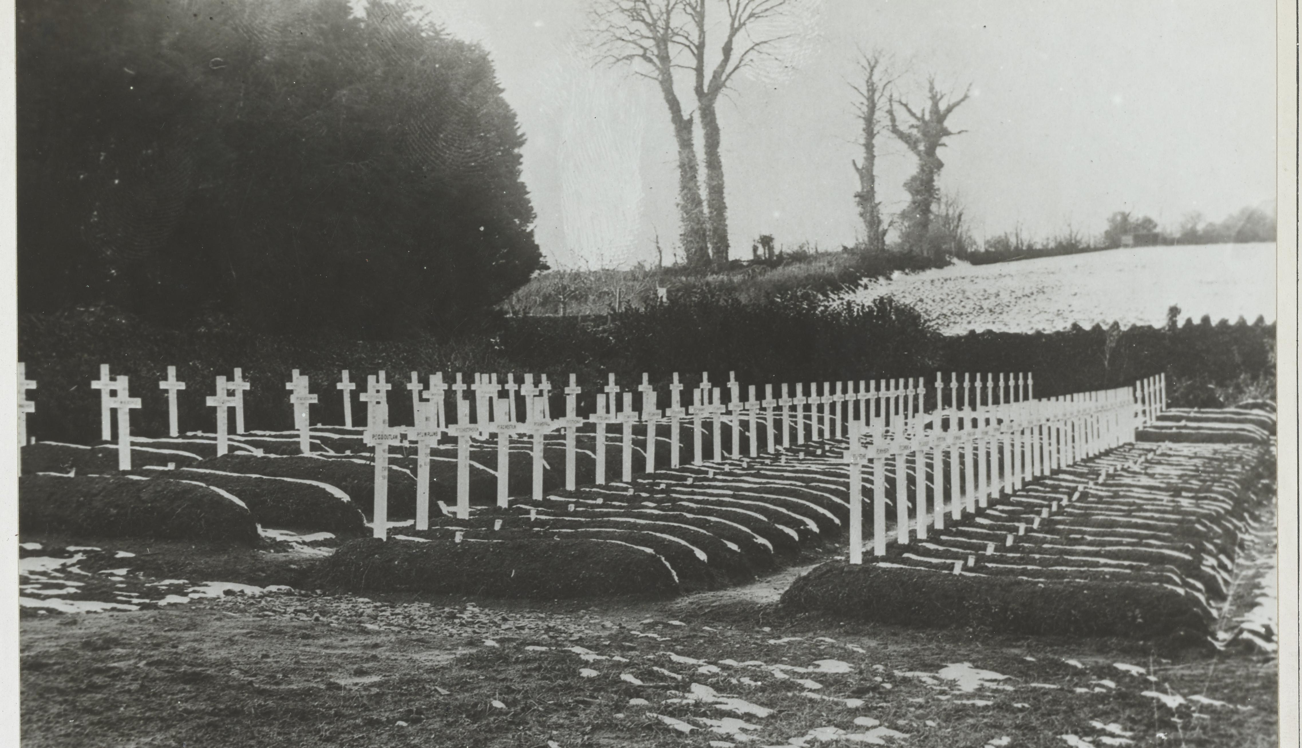 item 9 of Gallery image - Foto en blanco y negro de las tumbas de cien soldados estadounidenses que murieron de gripe en Inglaterra
