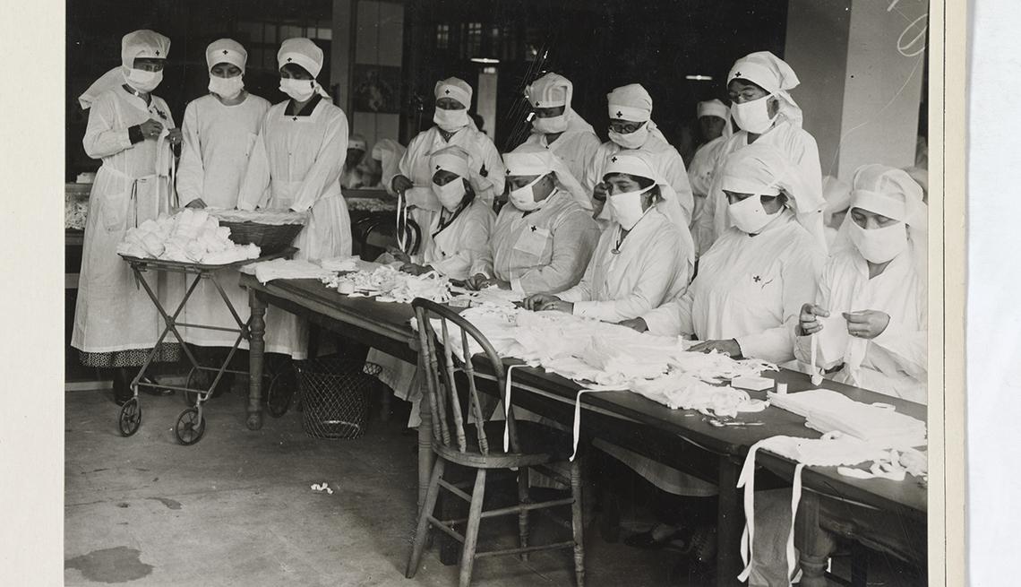 item 5 of Gallery image - Foto histórica de enfermeras haciendo máscaras con vendaje de gasa