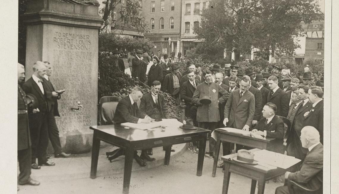 item 8 of Gallery image - Foto histórica que muestra un  procedimiento judicial que celebra al aire libre en San Francisco durante el brote de gripe