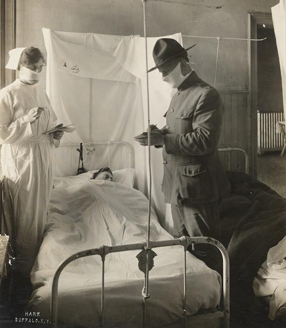 item 4 of Gallery image - Paciente con gripe es atendido en una cama de hospital por una enfermera y un médico