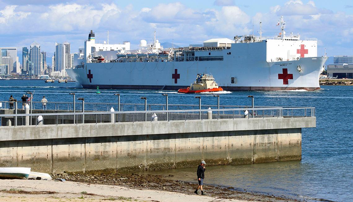 item 1 of Gallery image -  El buque hospital USNS Mercy en el muelle