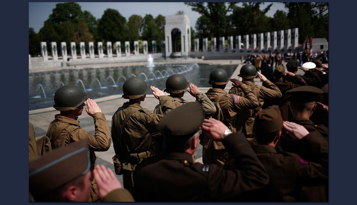 item 10 of Gallery image - Grupo de soldados saludan en un evento de conmemoración de la Segunda Guerra Mundial