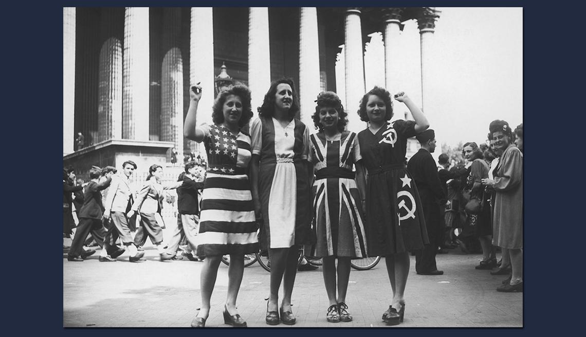 item 7 of Gallery image - Cuatro mujeres posan con vestidos similares a las banderas de cuatro países aliados