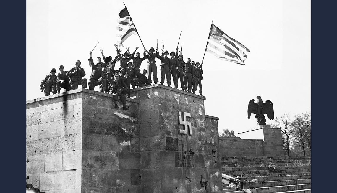 item 6 of Gallery image - Fotografía en blanco y negro de las tropas estadounidenses celebrando el triunfo en Alemania