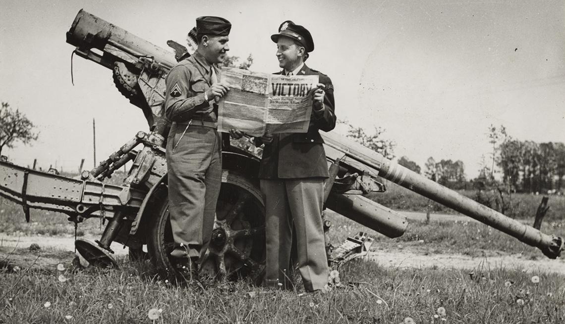 item 2 of Gallery image - Dos soldados de Estados Unidos leyendo un periódico tras la victoria en la Segunda Guerra Mundial