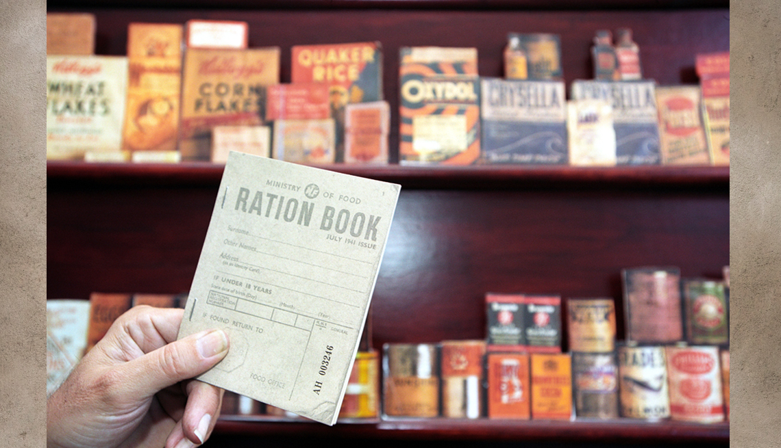 Libro de raciones de la Segunda Guerra Mundial muestra al fondo alimentos de esa época