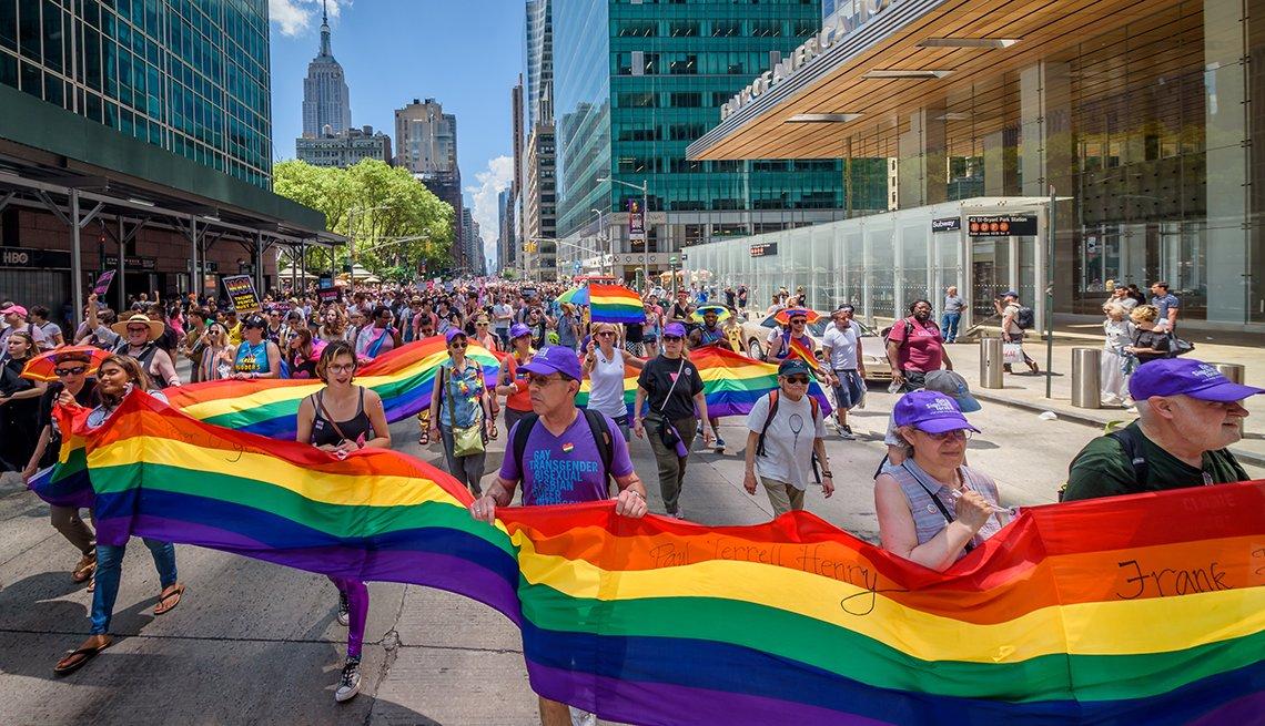 Grupo de personas marcha en el desfile del Orgullo en la ciudad de Nueva York