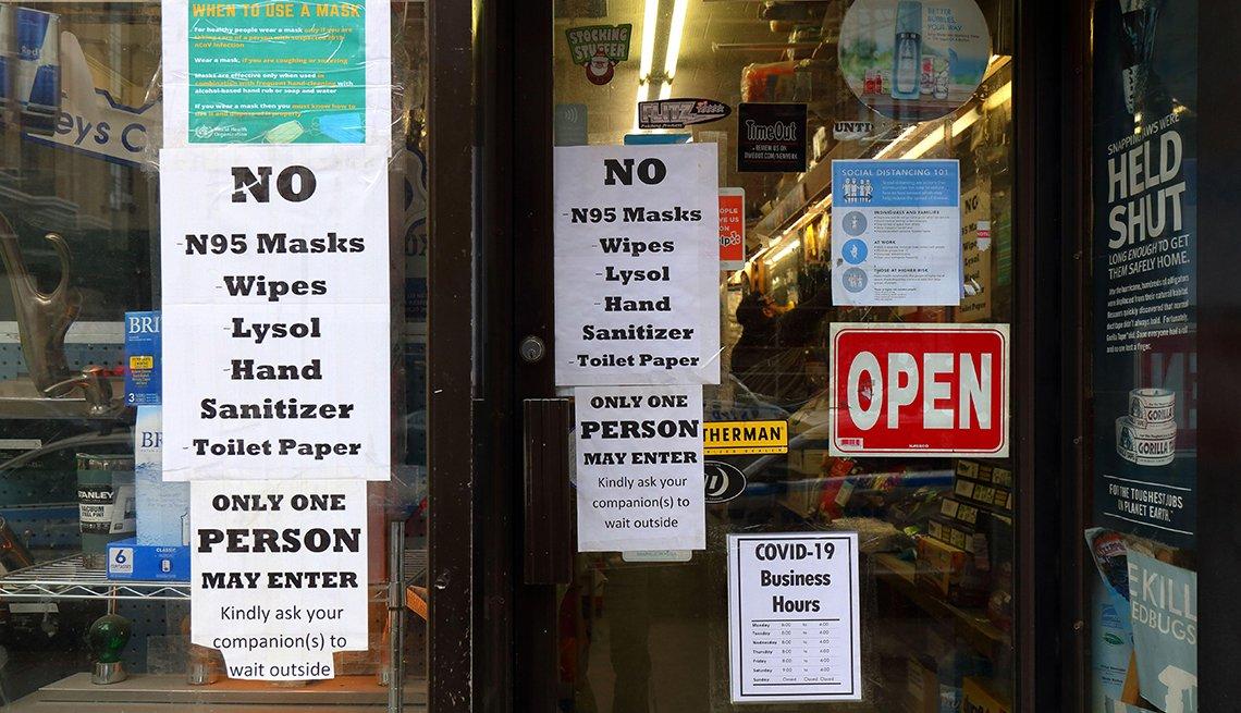 Letreros pegados en las puertas de entrada de un almacén que mencionan los productos no disponibles