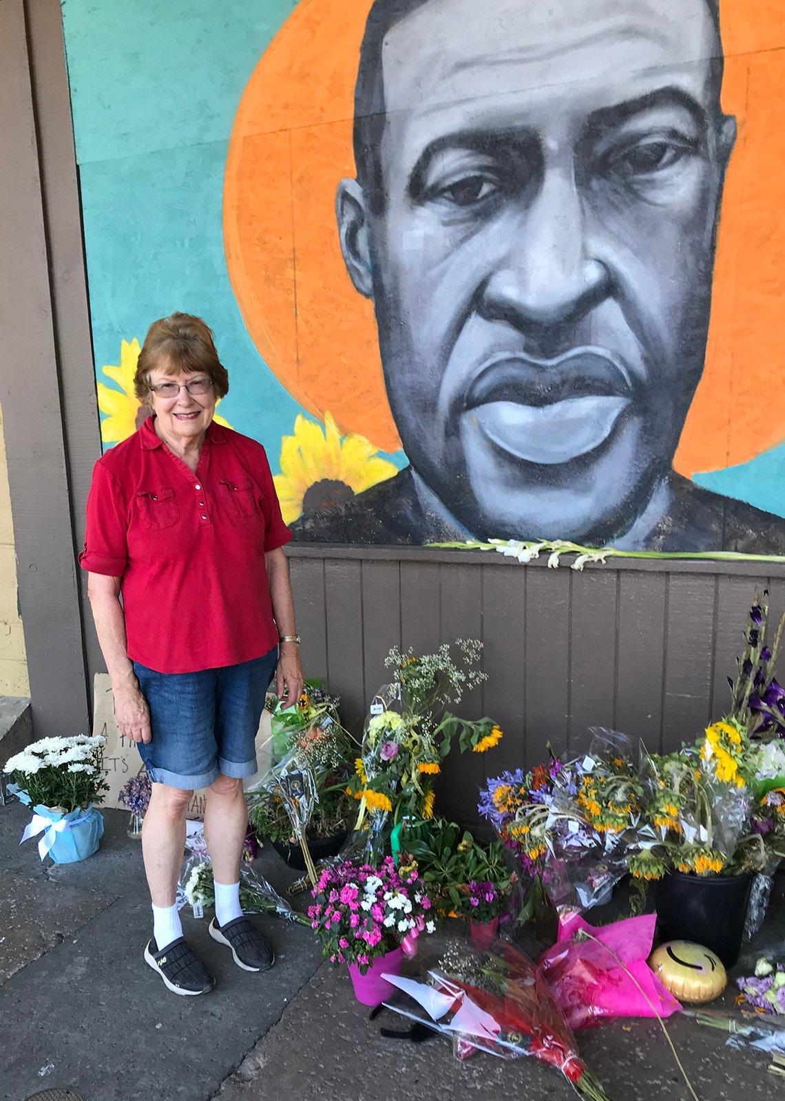 Lois Knowlton frente a un mural conmemorativo de George Floyd