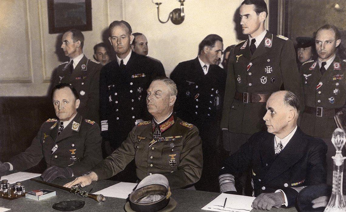 Militares alemanes firman la rendición de su país al final de la Segunda Guerra Mundial