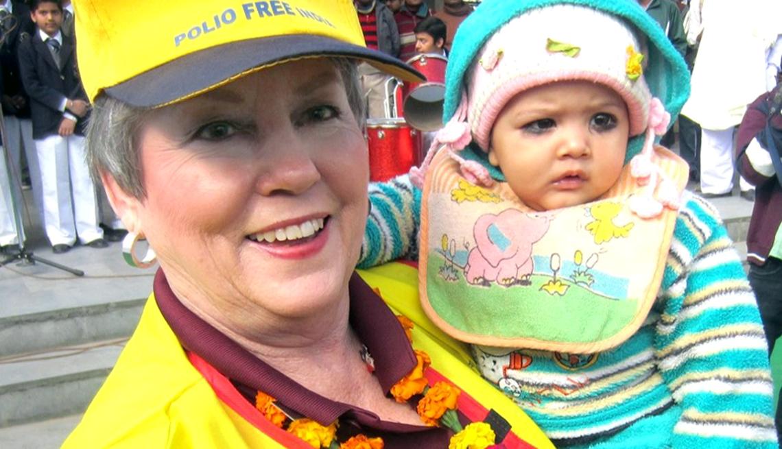 Shirley Griffin sostiene un bebé y sonríe