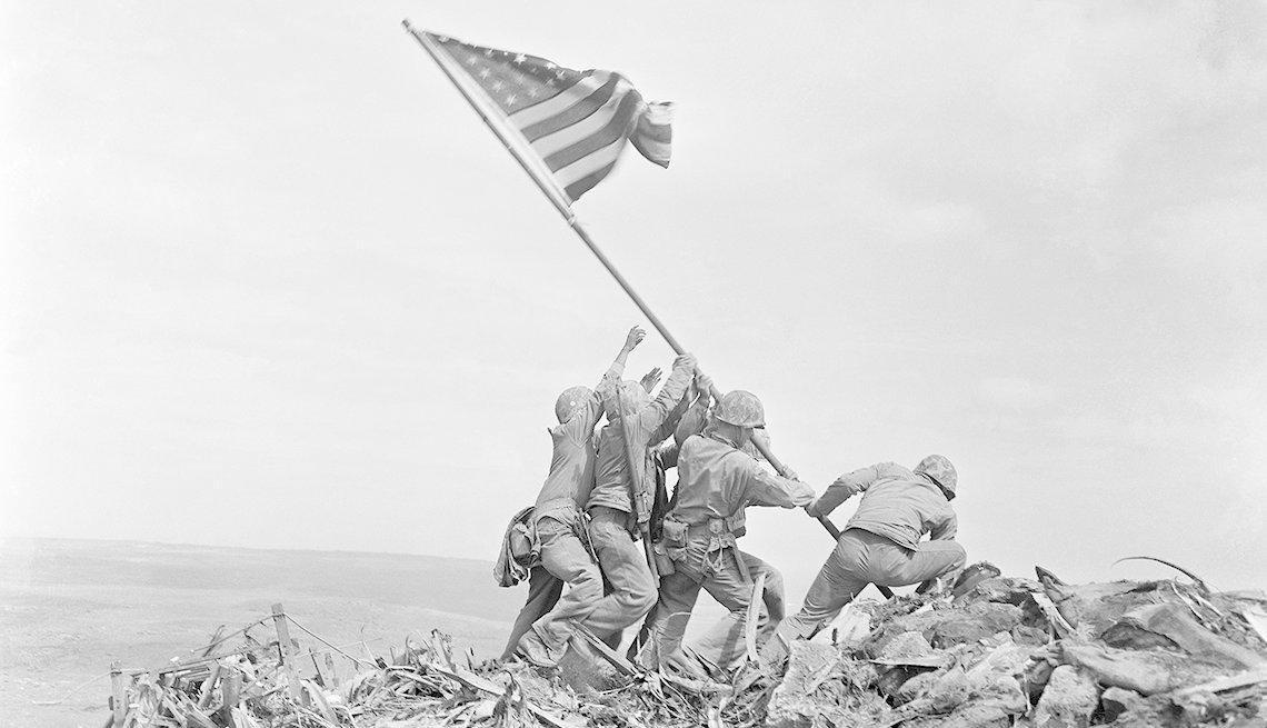 Soldados estadounidenses poniendo la bandera en Iwo Jima