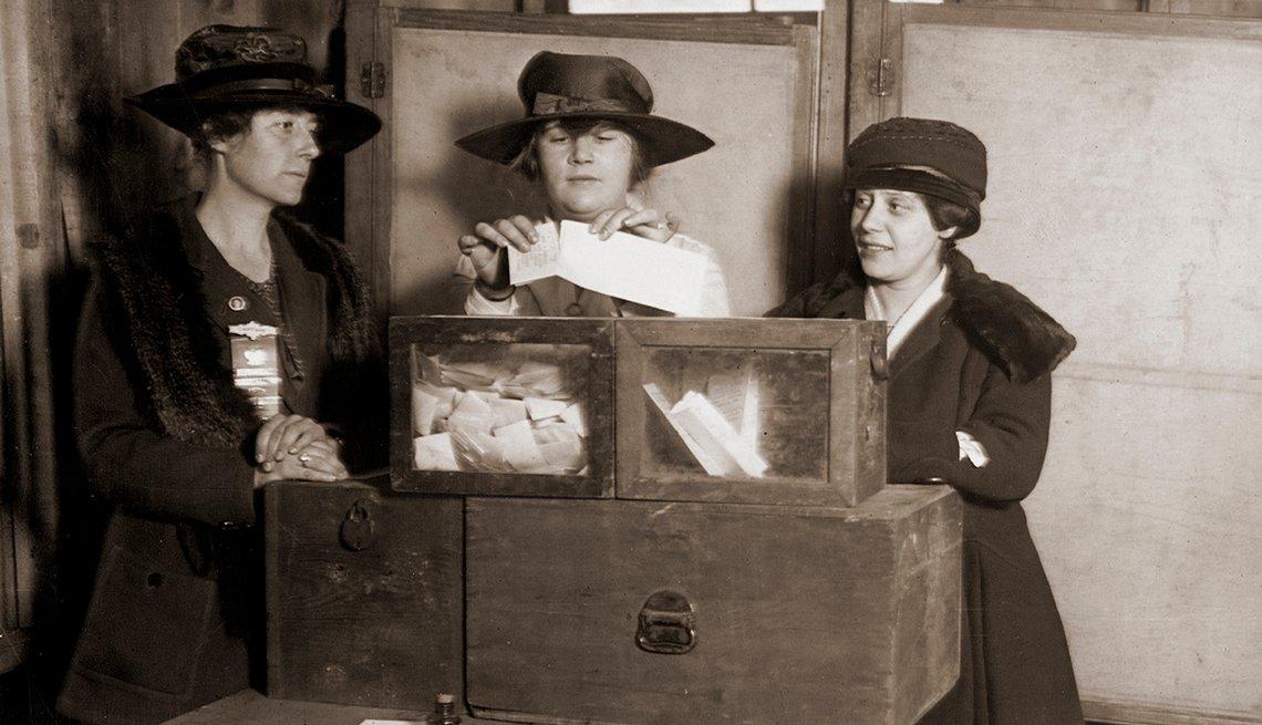 Foto antigua de 3 mujeres ejerciendo su voto en 1917