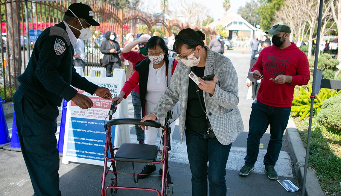 item 10 of Gallery image - Mujeres hacen fila para recibir sus vacunas contra la COVID-19 en Los Angeles