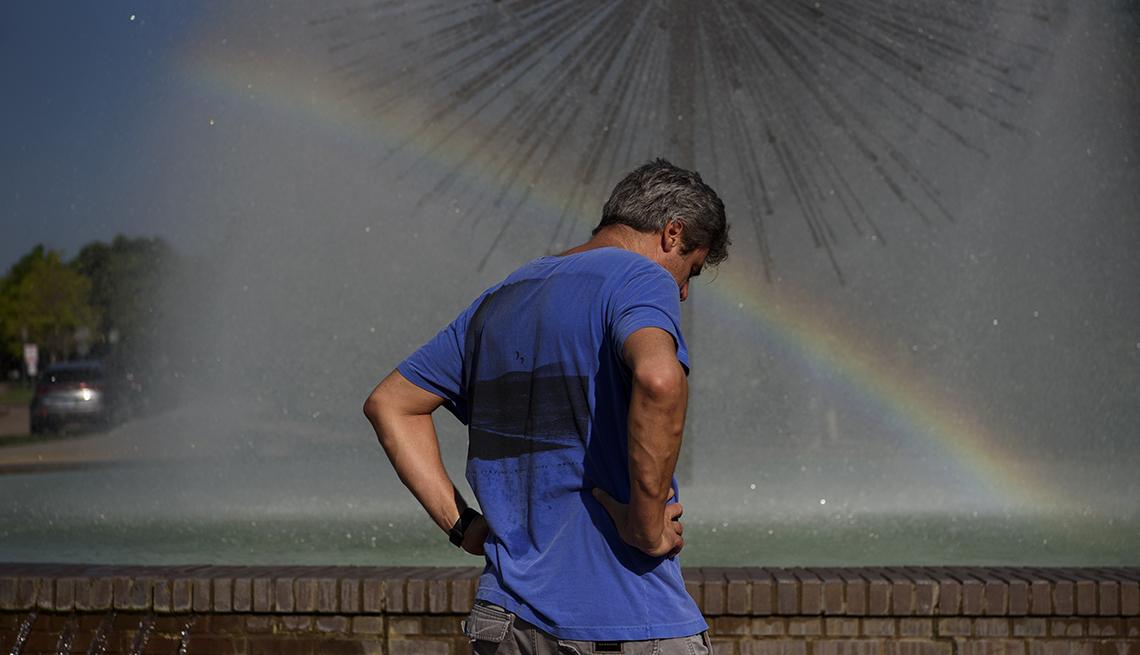 Hombre parado junto a una fuente de agua