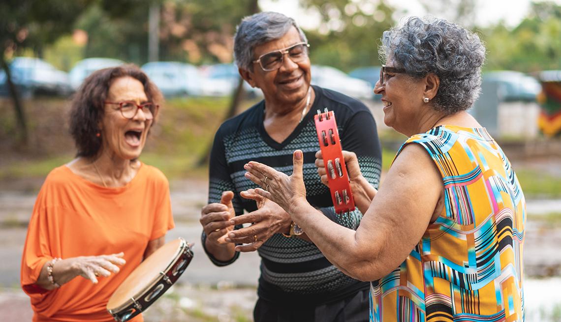 Grupo de adultos mayores tocan música
